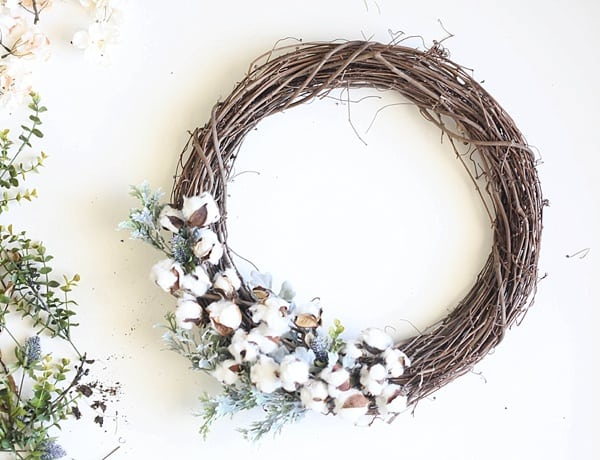 This-easy-DIY-Fall-wreath-from-www.runtoradiance.com-is-so-cute-and-can-be-put-together-in-under-an-hour.-Love-it_0010